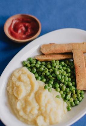 Kartoffelpüree mit Erbsen und vegetarischen Würstchen