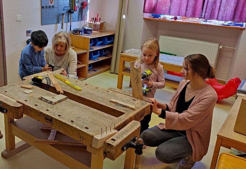 Lisa, Ulrike und die Holzwerkstatt