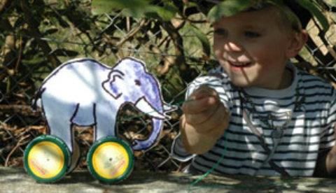 Basteln mit Schraubdeckeln: Wackeltier auf vier Rädern