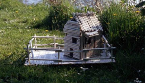 Basteln mit Zeitungspapier: Stabiles Rollenhaus