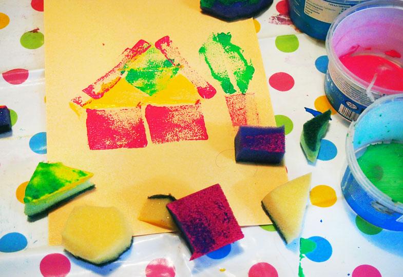 Mit Schwamm und Farbe: Einladungskarten ruck-zuck gedruckt