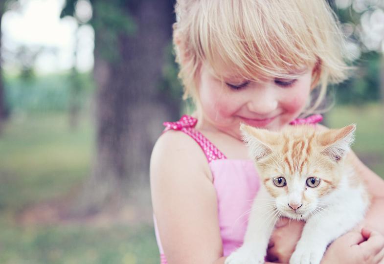 Ganz vorsichtig! Durch den Kontakt zu Tieren entwickeln Kinder Einfühlungsvermögen