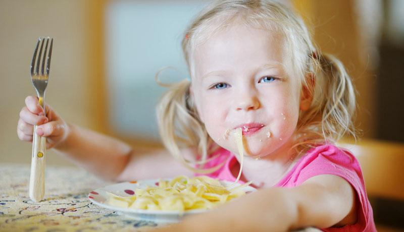 Esstisch statt Stresstisch: Wie Eltern ihren Kindern Tischmanieren beibringen