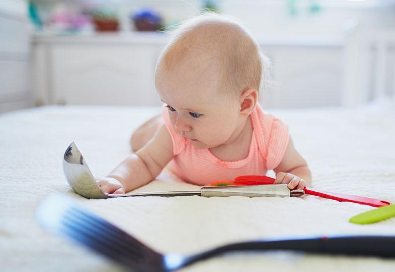 Knöpfe, Schlüssel, Löffel, Töpfe: Alltagsgegenständen sind für Babys die spannendsten Spielsachen