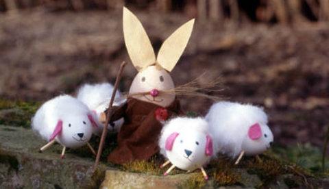 Figuren aus Eiern: Schäfer mit Osterlämmern