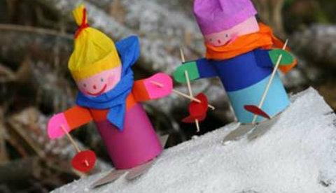 Figuren aus Klopapierrollen: Ski-Wettrennen