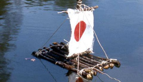 Floß aus Stöcken und Stoff: Auf Segeltour