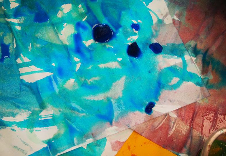 Wie das rutscht und flutscht! Malen mit farbigen Eiwürfeln