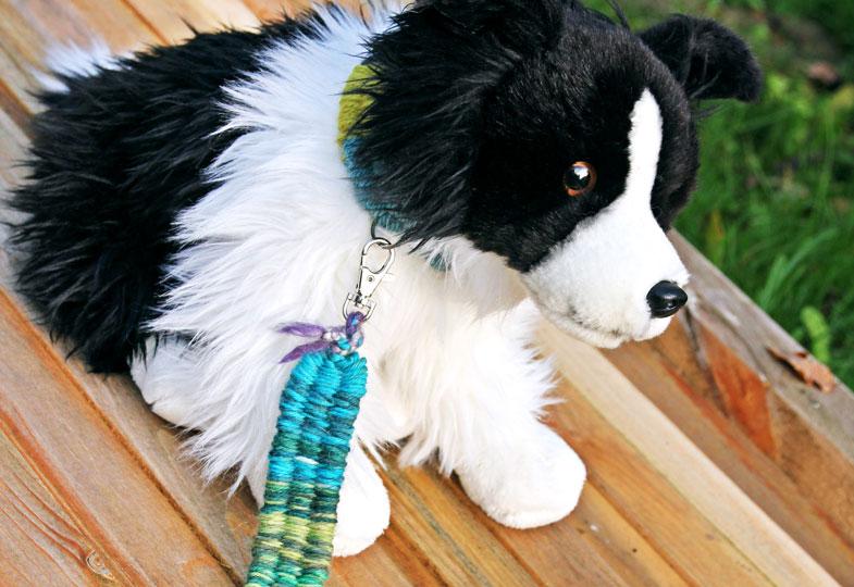 Ob Hundeleine oder Schlüsselanhänger: Mit Wolle und Strohhalmen ganz einfach bunte Bänder weben
