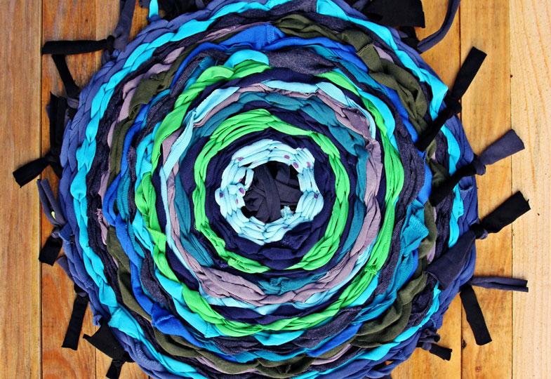 Selbtgewebt: Sitzmatten oder kleine Teppiche aus alten Hemden