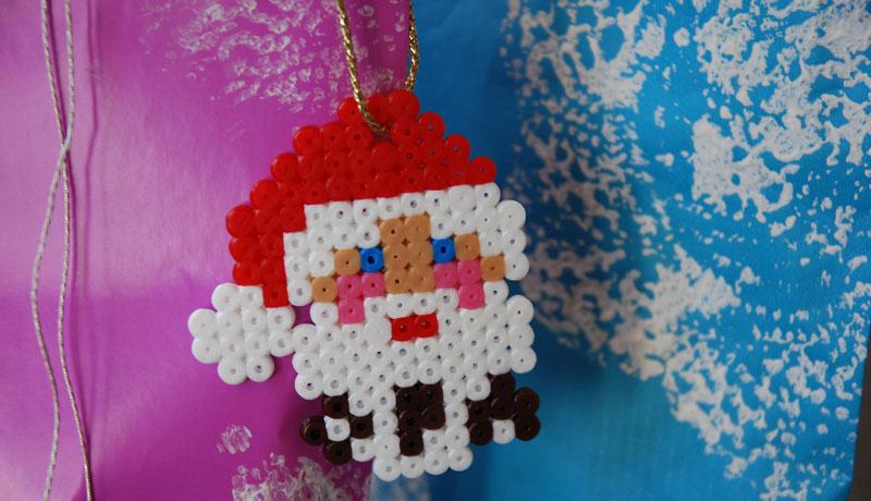 Geschenkanhänger aus Bügelperlen: Weihnachtsmann