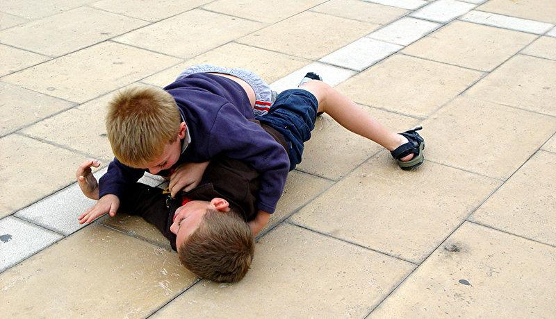 Gewalt unter Gleichaltrigen im Kindergarten: Kneifen, Kratzen, Kämpfen