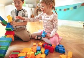 Auch Mädchen haben Lust mit Baggern, Bauklötzen und Autos zu spielen