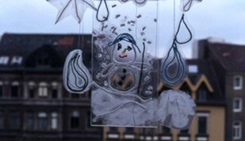 Kunstwerke aus Wolle und Klebefolie: Frostige Fensterbilder