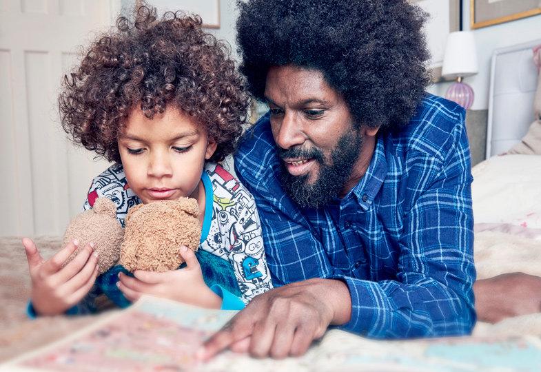 Kinder lieben es, vor dem Schlafengehen noch eine Geschichte vorgelesen zu bekommen