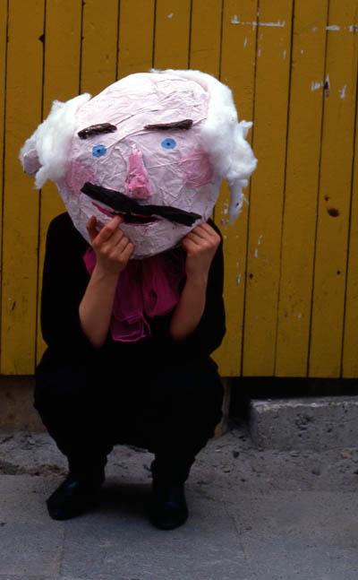 Masken aus Kleisterpapier: Lustige Riesenköpfe