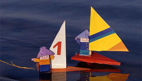 schiff-aus-holzresten-auf-grosser-segelfahrt