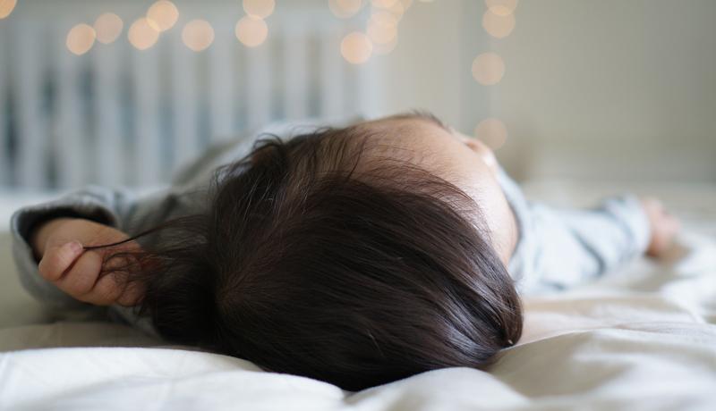 Schlaflos im Kinderbett: