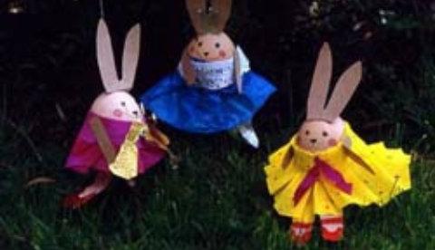Schmuck für den Osterstrauch: Tanzende Hasen