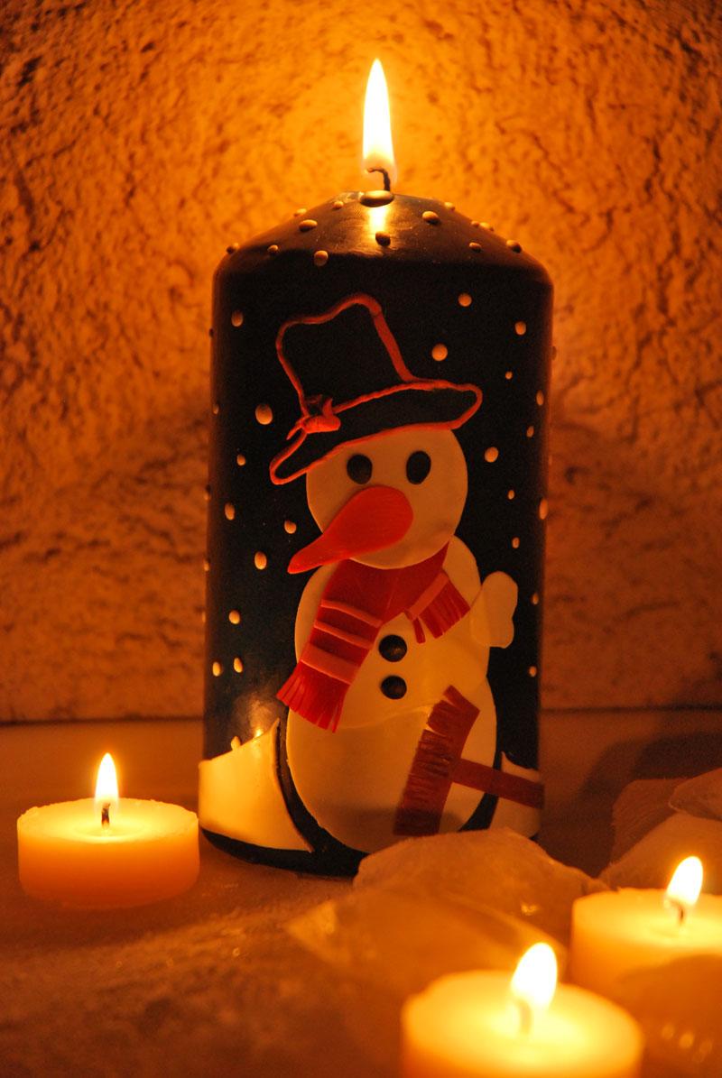 Kerzen verzieren: Schneemann im Lichterschein