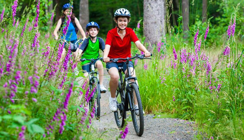 Sicher unterwegs auf zwei Rädern: Wie bereite ich mein Kind auf die Familienradtour vor?
