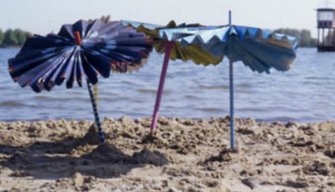 Sonnenschirm aus Zeitungspapier: Bunter Hitzeschutz