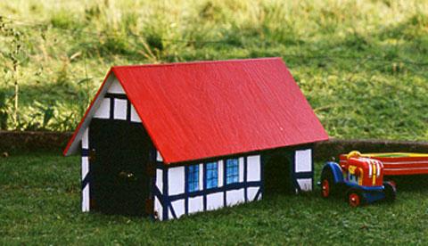 Spielscheune aus Sperrholz: Platz für Trecker und Tiere