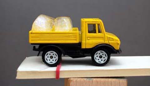 Spielzeugauto als Versuchsobjekt: Eiskalte Fracht