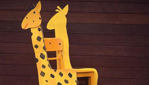 stuehle-mit-tiermotiven-giraffe-und-drachen-zum-sitzen