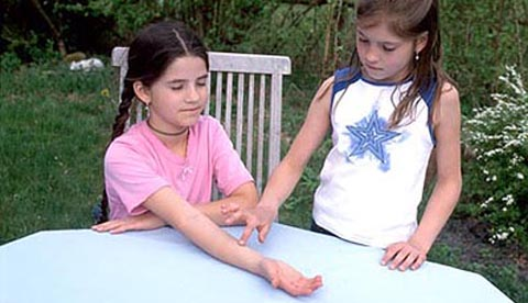 Tastsinn auf die Probe gestellt: Krabbelfinger und Doppelnase