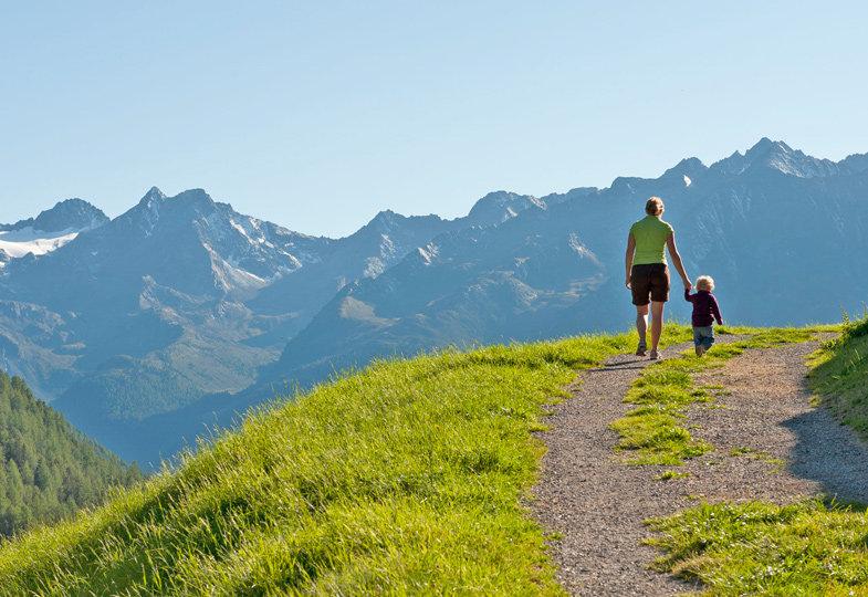 Wandern in den Tiroler Bergen macht der ganzen Familie Spaß