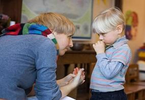 """""""Ich mag aber nicht alleine gehen."""": Schüchtere Kinder benötigen den Rückhalt ihrer Bezugsperson"""