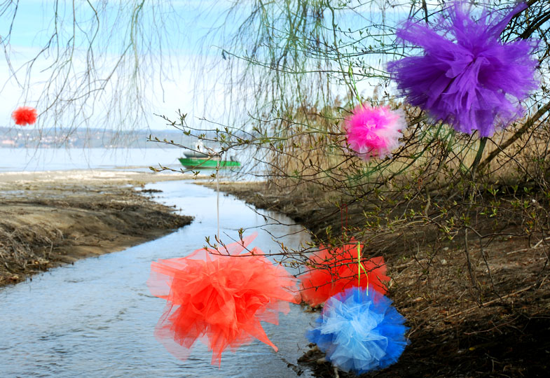 Kaum Blumen im Garten? Selbstgemachte Pompons sorgen für bunte Farbtupfer
