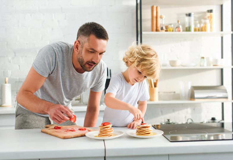 Kinder lernen am Vorbild: Wenn Papa kocht, machen Jungs gerne mit