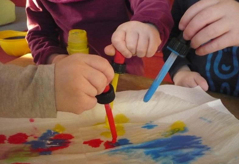 Experimente mit Farbe und Pipette