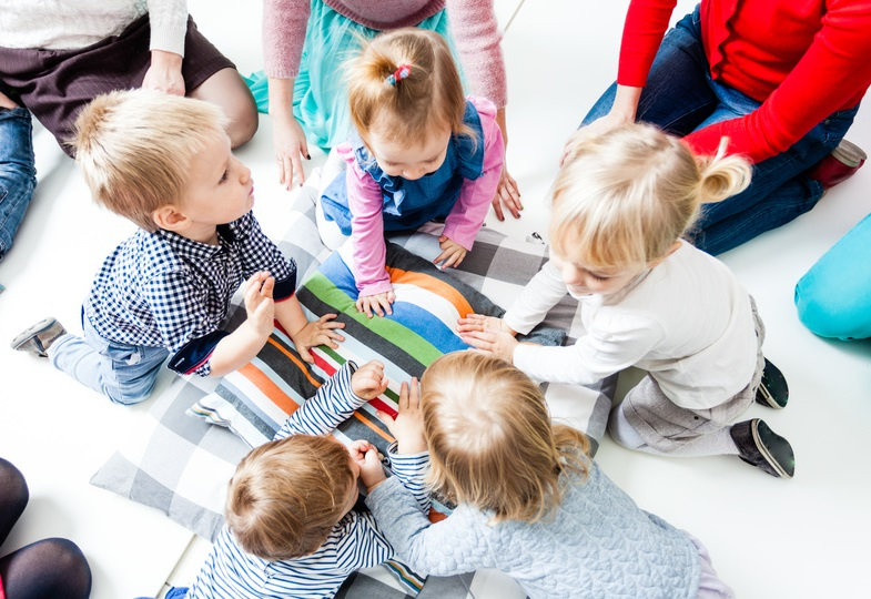 Kreisspiele mit Kleinstkindern